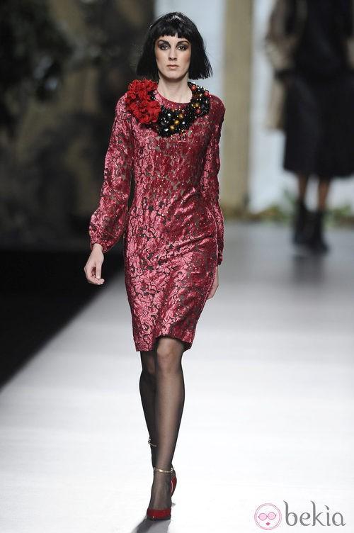 Vestido burdeos de manga larga de la colección otoño/invierno 2013/2014 de Francis Montesinos en Madrid Fashion Week