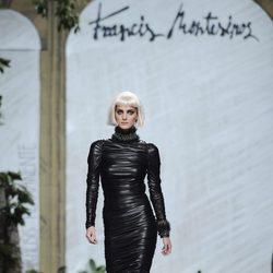 Vestido negro de cuero de la colección otoño/invierno 2013/2014 de Francis Montesinos en la Madrid Fashion Week