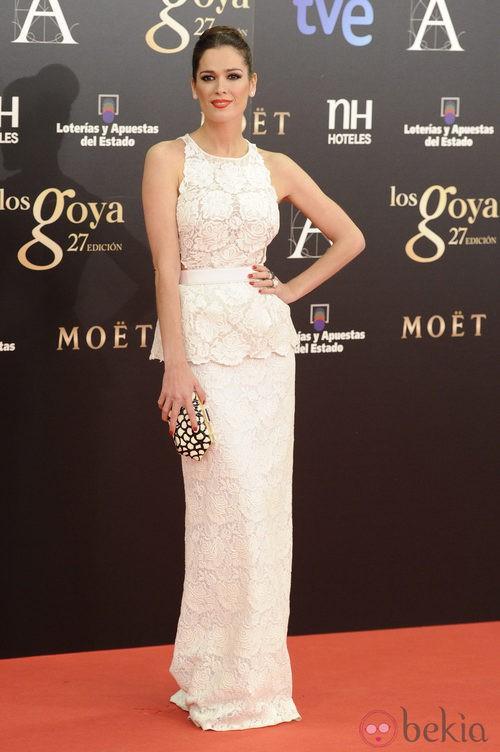 Mar Saura con un vestido blanco de Stella McCartney en los Goya 2013