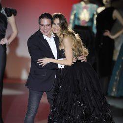 Hannibal Laguna con Vanesa Romero en su desfile de Madrid Fashion Week otoño/invierno 2013/2014