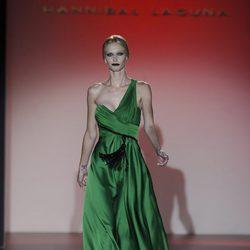 Vestido verde con abalorio de la colección otoño/invierno 2013/2014 de Hannibal Laguna en la Madrid Fashion Week