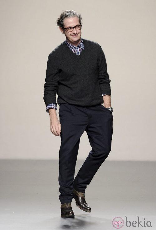 Miguel Palacio sale a saludar tras su desfile en Madrid Fashion Week otoño/invierno 2013/2014