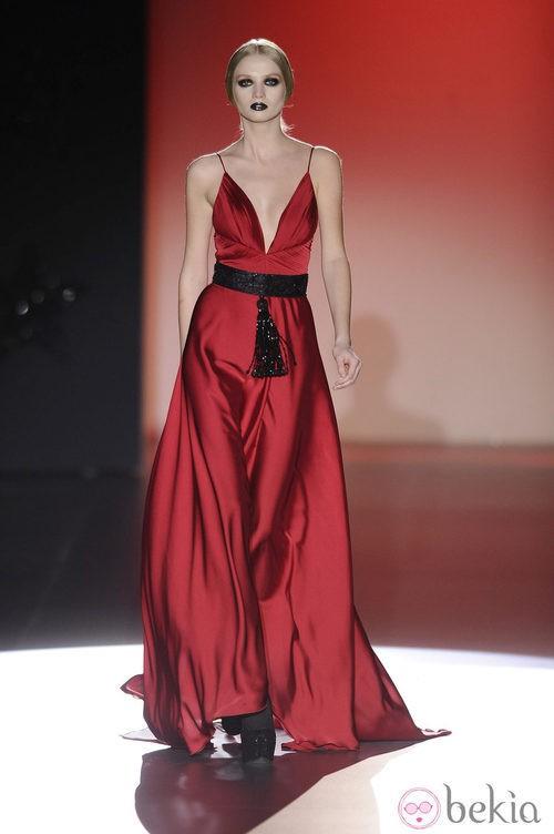 Vestido rojo de la colección otoño/invierno 2013/2014 de Hannibal Laguna en la Madrid Fashion Week