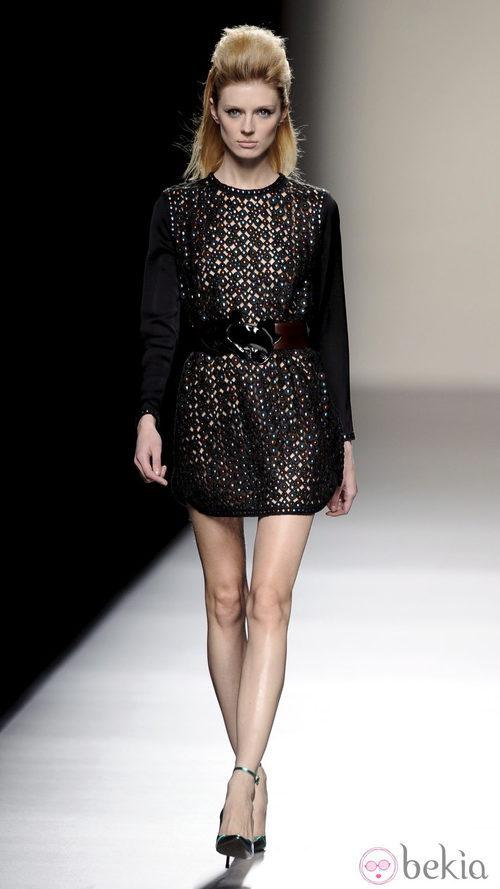 Vestido corto negro de la colección otoño/invierno 2013/2014 de Miguel Palacio en la Madrid Fashion Week