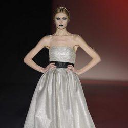 Vestido color plata palabra de honor de la colección otoño/invierno 2013/2014 de Hannibal Laguna en la Madrid Fashion Week