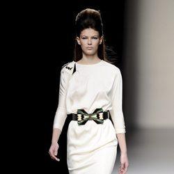 Vestido blanco de la colección otoño/invierno 2013/2014 de Miguel Palacio en la Madrid Fashion Week