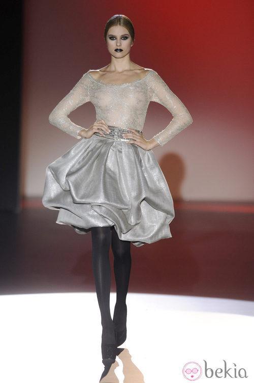 Vestido corto con transparencias para la colección otoño/invierno 2013/2014 de Hannibal Laguna en la Madrid Fashion Week