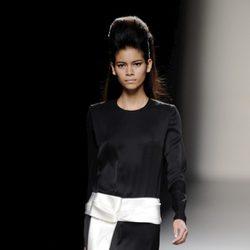 Vestido negro con detalle en blanco de la colección otoño/invierno 2013/2014 de Miguel Palacio en la Madrid Fashion Week