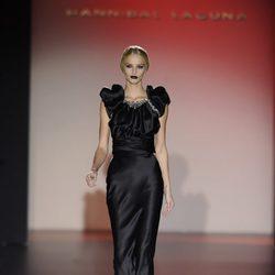Vestido negro largo para la colección otoño/invierno 2013/2014 de Hannibal Laguna en la Madrid Fashion Week
