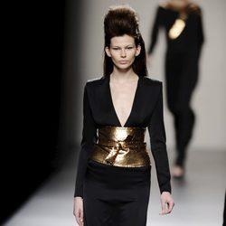 Combinación de negro y dorado de la colección otoño/invierno 2013/2014 de Miguel Palacio en la Madrid Fashion Week