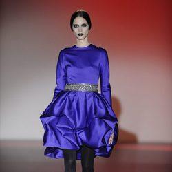 Vestido corto azul klein para la colección otoño/invierno 2013/2014 de Hannibal Laguna en la Madrid Fashion Week