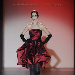 Vestido palabra de honor rojo para la colección otoño/invierno 2013/2014 de Hannibal Laguna en la Madrid Fashion Week