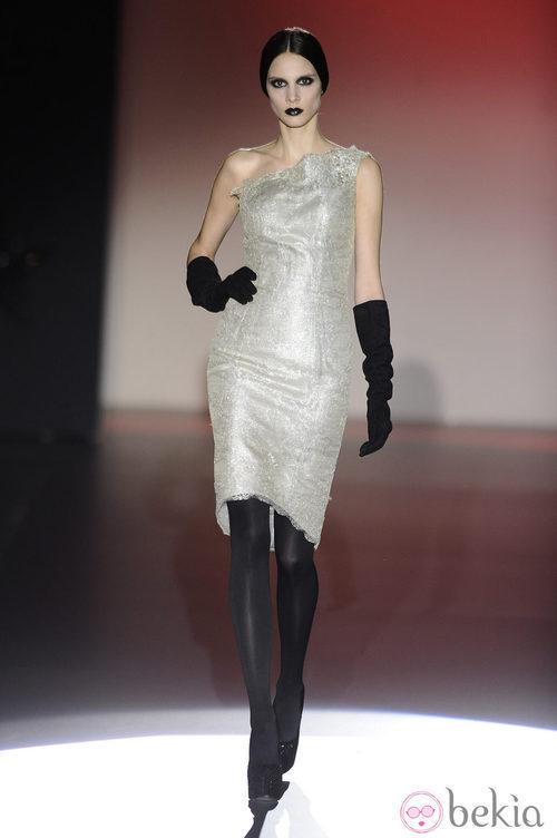 Vestido de color gris perla con guantes para la colección otoño/invierno 2013/2014 de Hannibal Laguna en la Madrid Fashion Week