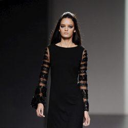 Vestido negro de la colección otoño/invierno 2013/2014 de Teresa Helbig en Madrid Fashion Week
