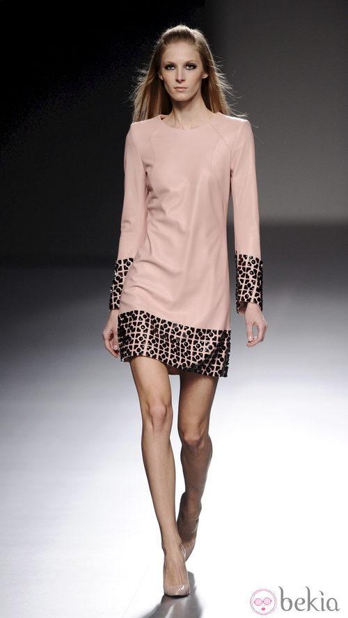 Vestido rosa de la colección otoño/invierno 2013/2014 de Teresa Helbig en Madrid Fashion Week