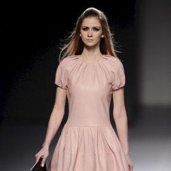 Vestido rosa de cuero de la colección otoño/invierno 2013/2014 de Teresa Helbig en Madrid Fashion Week