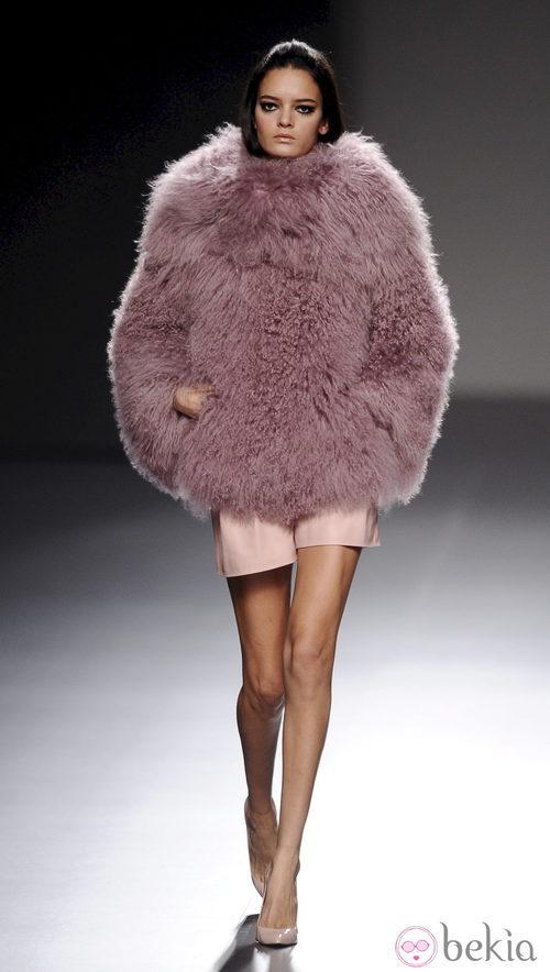 Abrigo de piel de la colección otoño/invierno 2013/2014 de Teresa Helbig en Madrid Fashion Week