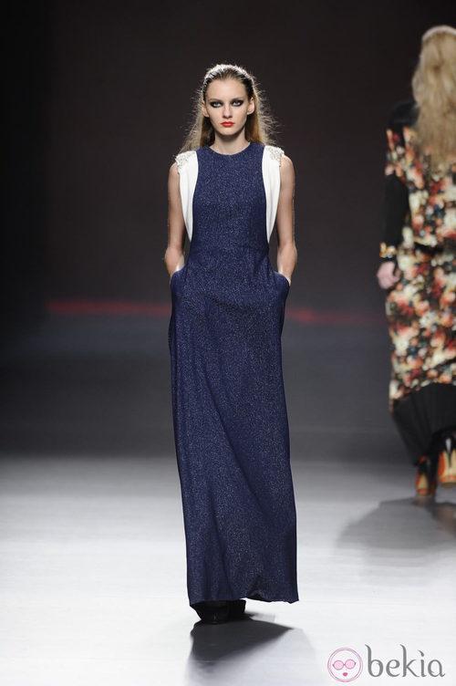 Vestido largo azul brillante de la colección otoño/invierno 2013/2014 de Ana Locking en Madrid Fashion Week