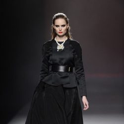 Look en color negro de la colección otoño/invierno 2013/2014 de Ana Locking en Madrid Fashion Week