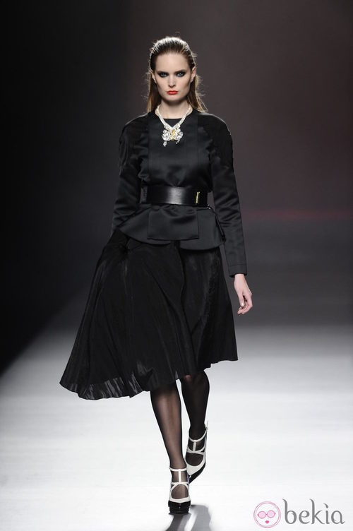 Look en color negro de la colección otoño/invierno 2013/2014 de Ana Locking en Madrid Fashion Week