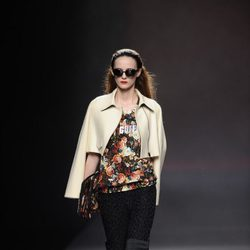 Capa en color blanco roto de la colección otoño/invierno 2013/2014 de Ana Locking en Madrid Fashion Week