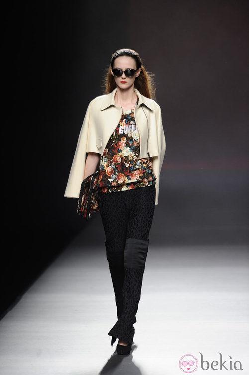 Capa en color blanco roto de la colección otoño/invierno 2013/2014 de Ana Locking en Madrid Fashion Week