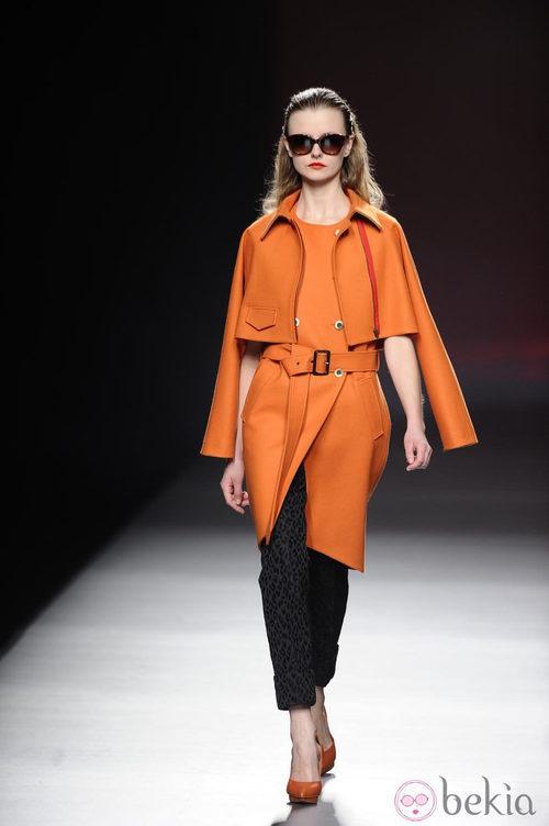 Trench de color naranja de la colección otoño/invierno 2013/2014 de Ana Locking en Madrid Fashion Week