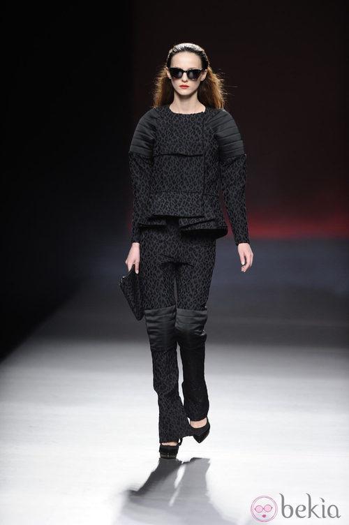 Traje negro de la colección otoño/invierno 2013/2014 de Ana Locking en Madrid Fashion Week