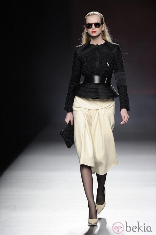 Combinación de blanco y negro de la colección otoño/invierno 2013/2014 de Ana Locking en Madrid Fashion Week