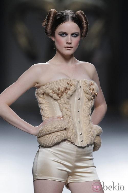 Corsé de la colección otoño/invierno 2013/2014 de Maya Hansen en Madrid Fashion Week