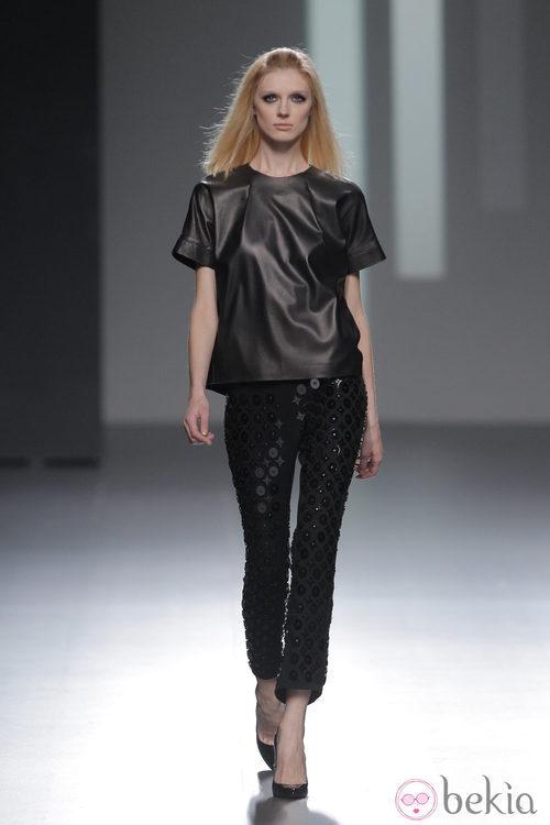 Camiseta de cuero negra de la colección otoño/invierno 2013/2014 de Teresa Helbig en Madrid Fashion Week