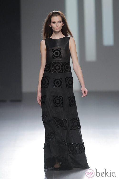 Vestido largo negro de la colección otoño/invierno 2013/2014 de Teresa Helbig en Madrid Fashion Week