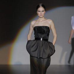 Vestido negro de la colección otoño/invierno 2013/2014 de Juana Martín en Madrid Fashion Week