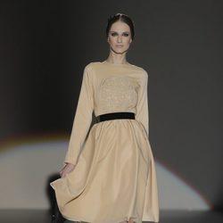 Vestido beige de la colección otoño/invierno 2013/2014 de Juana Martín en Madrid Fashion Week