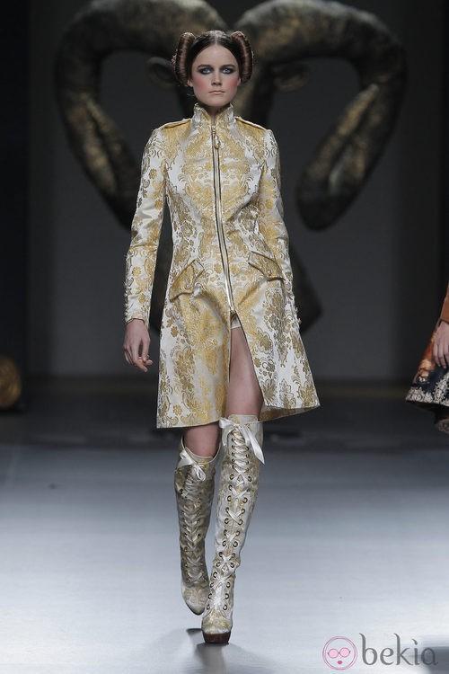 Gabardina de la colección otoño/invierno 2013/2014 de Maya Hansen en Madrid Fashion Week