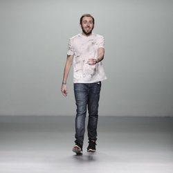 Daniel Rabaneda sale a saludar tras su desfile en Madrid Fashion Week otoño/invierno 2013/2014