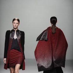 Color rojo sangre de la colección otoño/invierno 2013/2014 de Rabaneda en Madrid Fashion Week