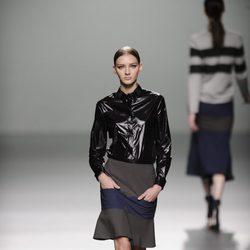 Camisa negra impermeable de la colección otoño/invierno 2013/2014 de Rabaneda en Madrid Fashion Week
