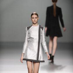 Vestido gris metalizado de la colección otoño/invierno 2013/2014 de Rabaneda en Madrid Fashion Week