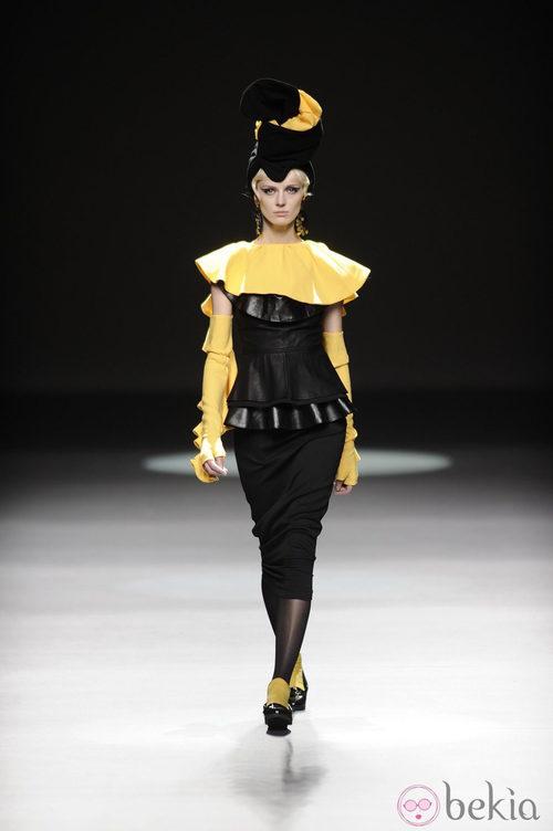 Combinación negro y amarillo de la colección otoño/invierno 2013/2014 de María Barros en Madrid Fashion Week