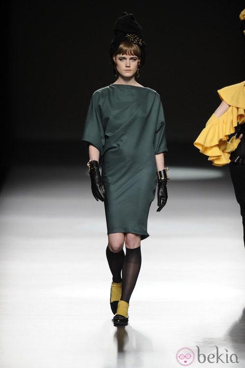 Vestido verde musgo de la colección otoño/invierno 2013/2014 de María Barros en Madrid Fashion Week