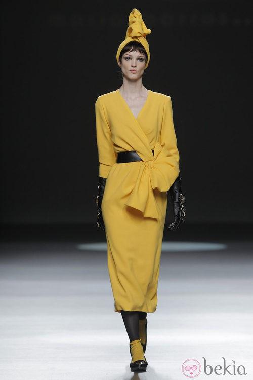 Vestido amarillo de la colección otoño/invierno 2013/2014 de María Barros en Madrid Fashion Week