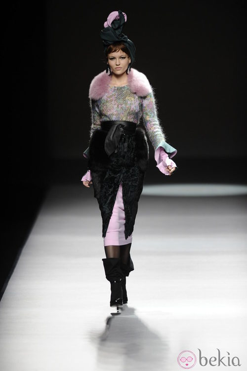 Estola lila de la colección otoño/invierno 2013/2014 de María Barros en Madrid Fashion Week