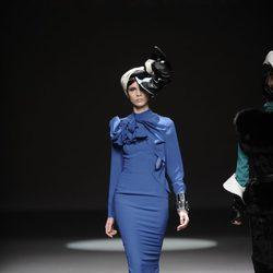 Vestido azul klein de la colección otoño/invierno 2013/2014 de María Barros en Madrid Fashion Week