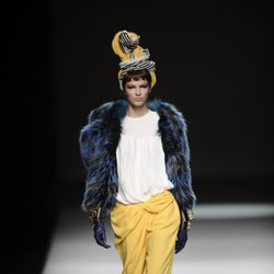 Pantalón tobillero amarillo de la colección otoño/invierno 2013/2014 de María Barros en Madrid Fashion Week