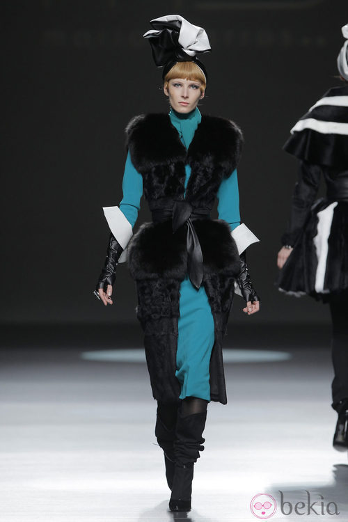 Abrigo de piel negro de la colección otoño/invierno 2013/2014 de María Barros en Madrid Fashion Week