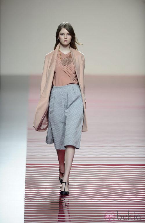 Pantalón gris perla de pata elefante de la colección otoño/invierno 2013/2014 de Ailanto en Madrid Fashion Week