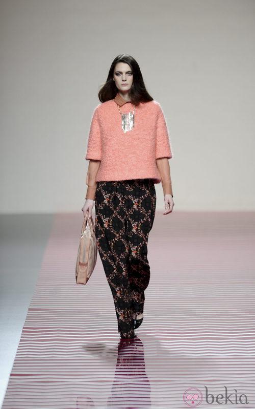 Pantalón con flores invernales de la colección otoño/invierno 2013/2014 de Ailanto en Madrid Fashion Week