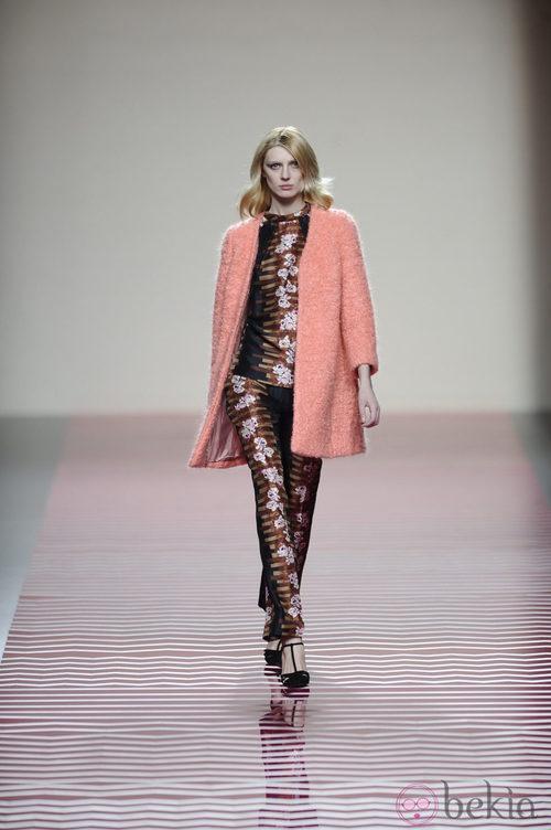 Abrigo color coral de la colección otoño/invierno 2013/2014 de Ailanto en Madrid Fashion Week