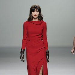 Vestido rojo de la colección otoño/invierno 2013/2014 de Roberto Torretta en Madrid Fashion Week